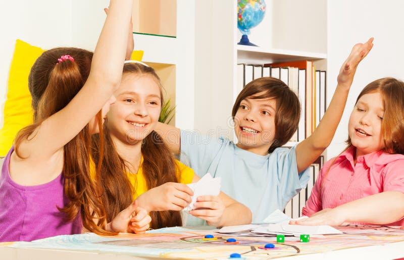 给蜂房五的孩子坐在赌桌上 库存图片