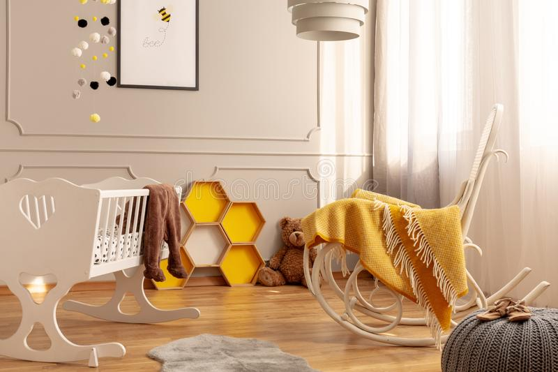 蜂窝、摇椅和一个小儿床在儿童居室 库存照片