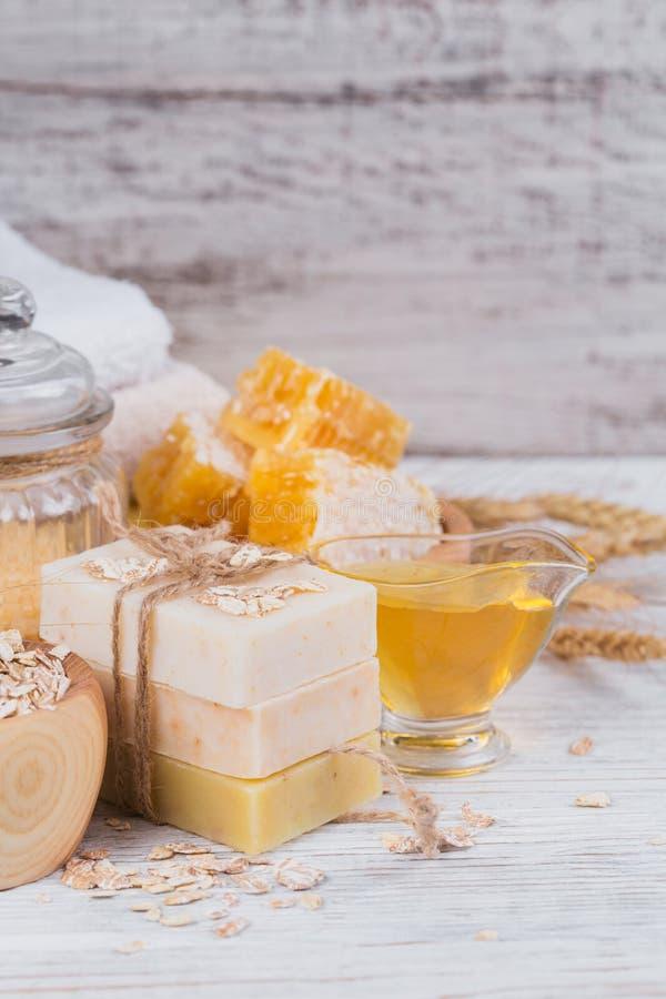 蜂窝、海盐、燕麦和手工制造肥皂用蜂蜜 免版税库存图片