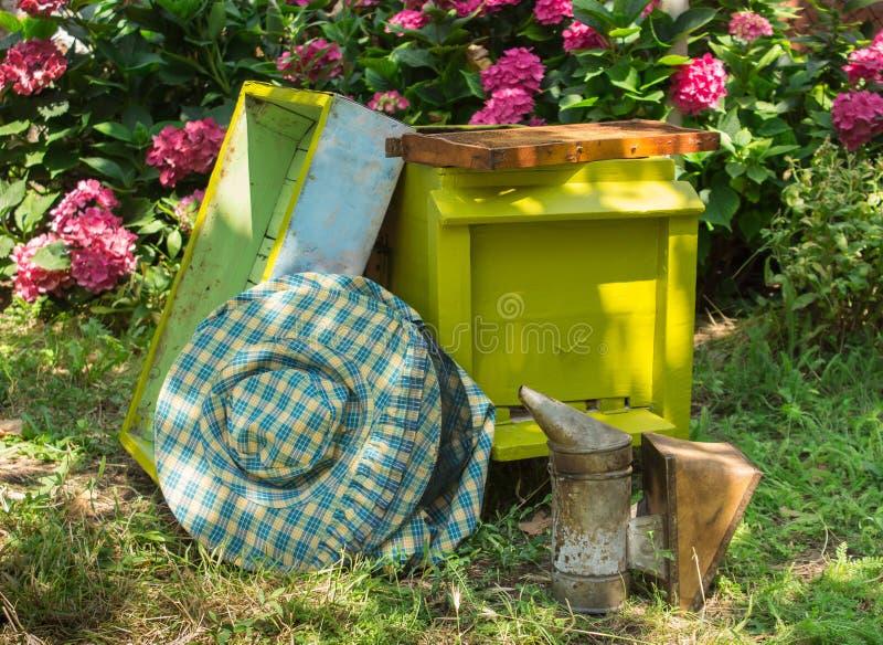 蜂箱和养蜂业设备 免版税库存照片