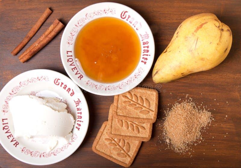 蜂蜜、桂香、梨、红糖、乳清干酪乳酪和曲奇饼o 免版税库存照片
