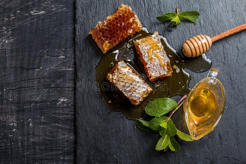 蜂蜜、蜂窝、薄菏和蜂蜜浸染工 免版税库存图片