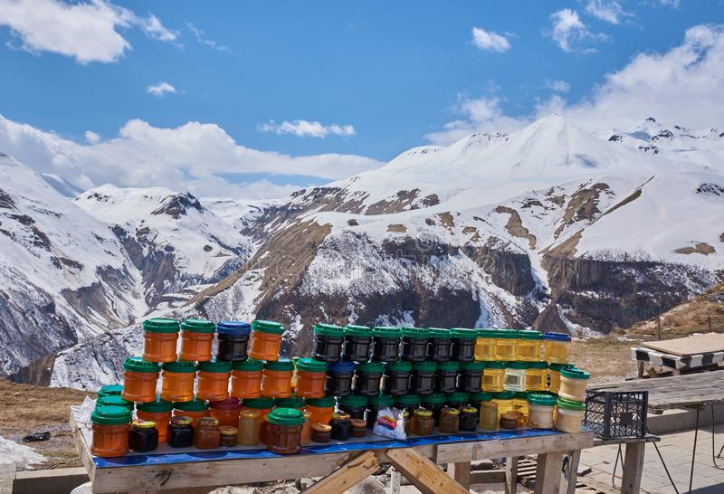 蜂蜜和山在背景中 库存图片