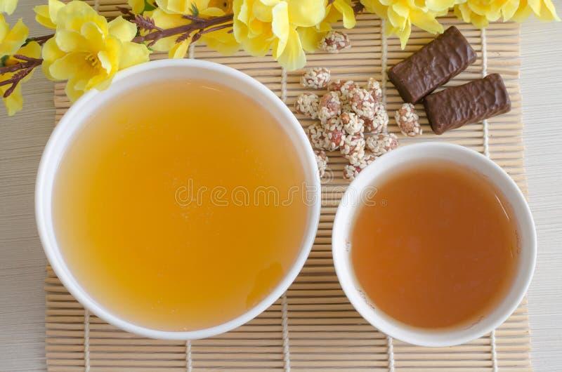蜂蜜和绿茶 人为黄色花 免版税库存图片