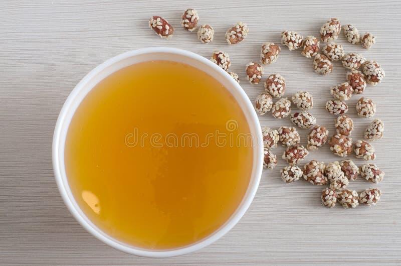 蜂蜜和花生与芝麻 ?? 免版税库存照片