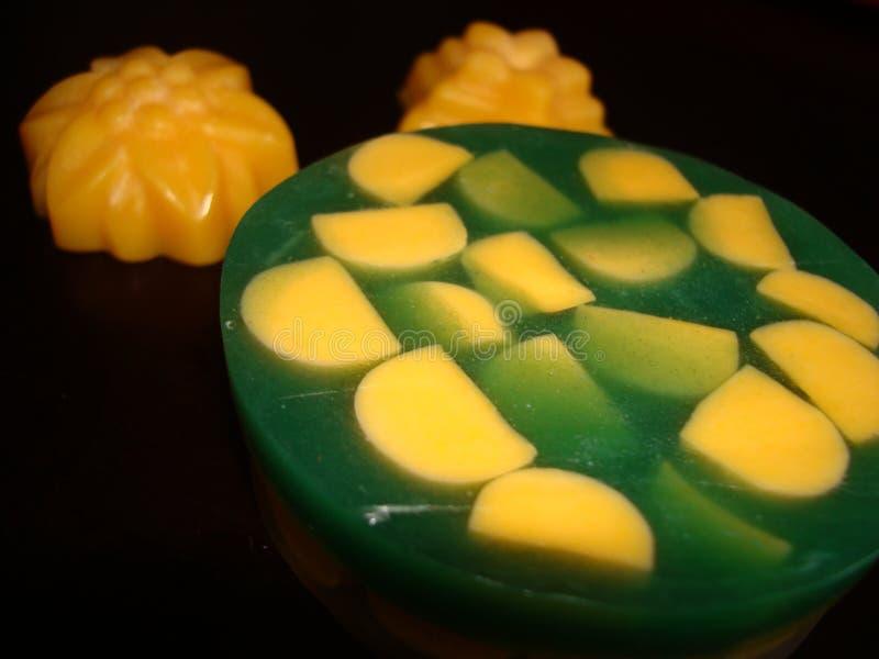 蜂蜜和薄菏肥皂 自然组分 肥皂 黄绿构成 库存照片