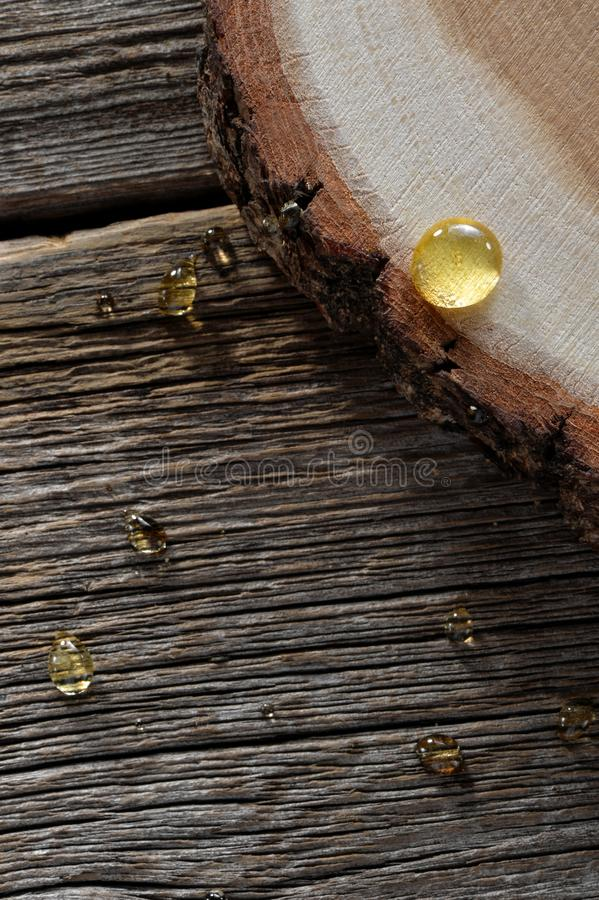 蜂蜜投下在木板背景的特写镜头 库存图片