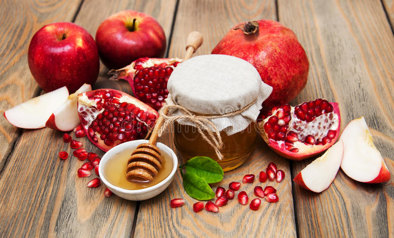蜂蜜用石榴和苹果 免版税库存图片