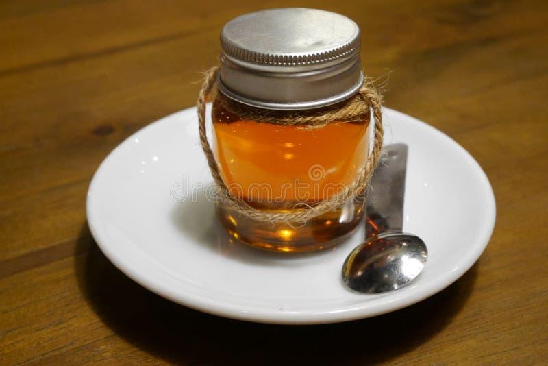蜂蜜蜂瓶 免版税库存照片