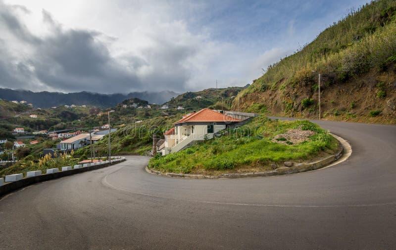 蜒蜒山路180度轮 Baeutiful和黑山海岛危险路  库存图片