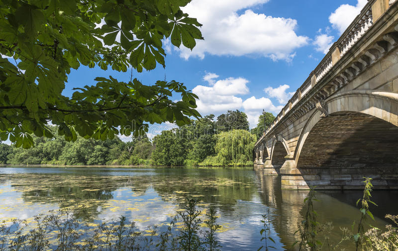 蜒蜒湖和蜒蜒桥梁在海德公园 免版税库存图片