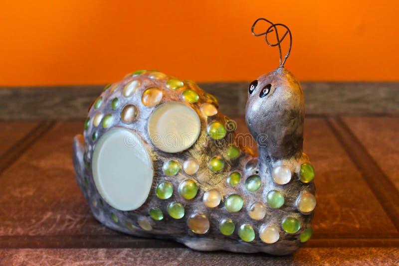 蜗牛成串珠状橙色背景 库存图片