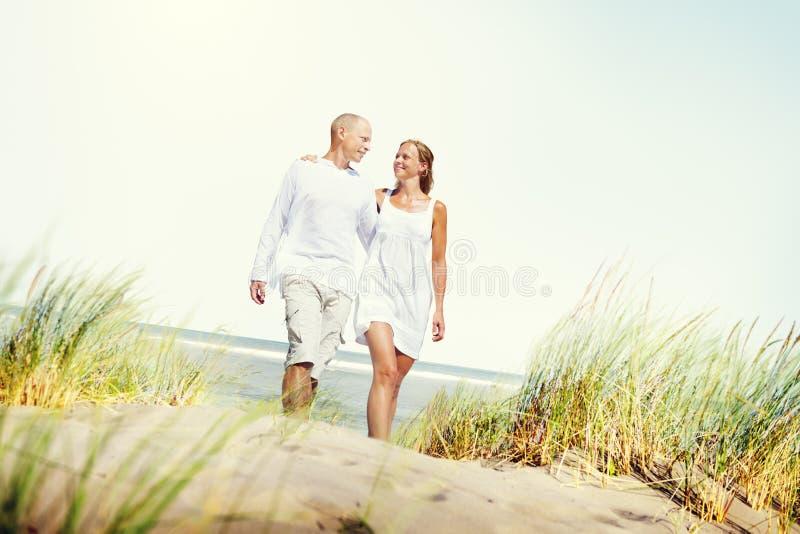 蜜月夫妇夏天海滩约会概念 免版税库存照片