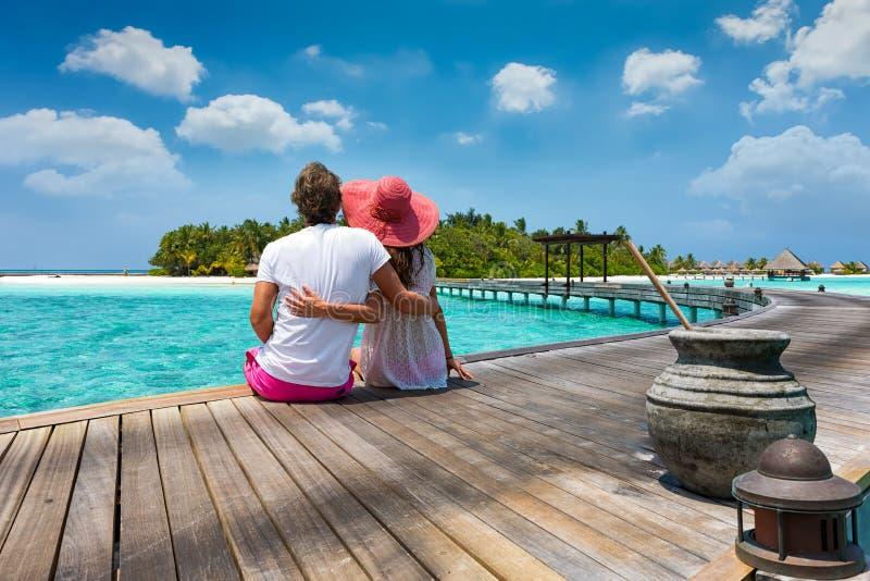 蜜月旅行家夫妇在马尔代夫海岛 免版税库存图片