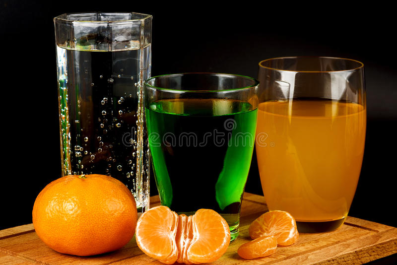 蜜桔的水果沙拉、与饮料的段和玻璃 免版税库存照片