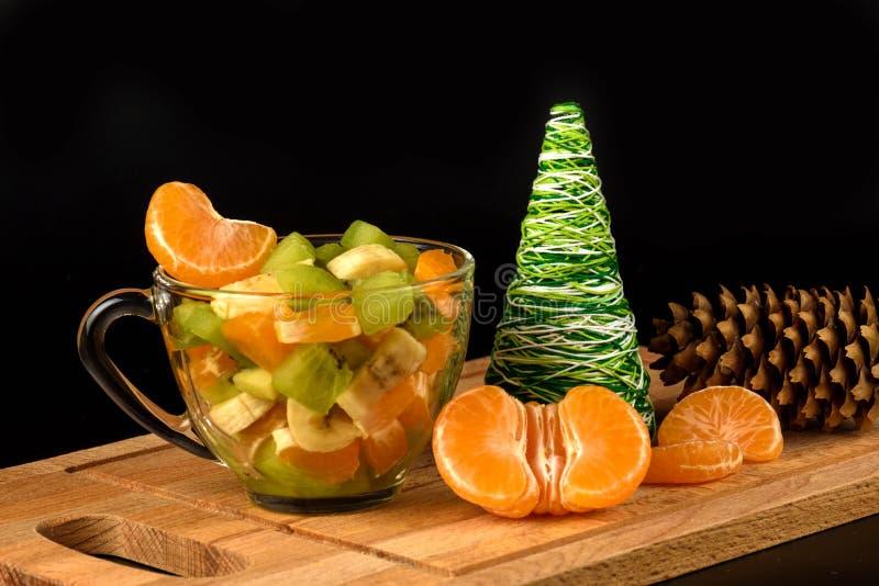 蜜桔的水果沙拉和段在木制支撑的 免版税库存照片