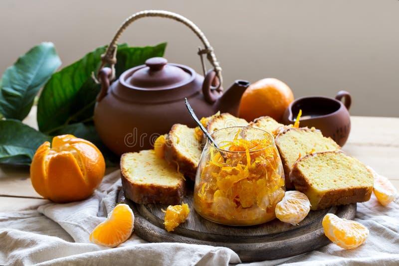 蜜桔蛋糕用茶 免版税图库摄影