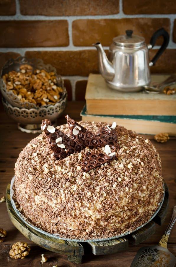 蜜糕用核桃和被磨碎的巧克力 免版税图库摄影