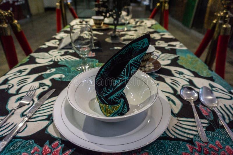 蜡染布在用餐布料的样式印刷品在蜡染布博物馆拍的桌照片顶部北加浪岸印度尼西亚 免版税库存照片