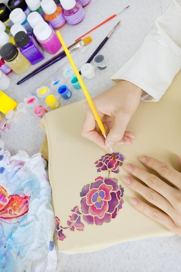 蜡染布过程:在织品,蜡染布绘画的艺术家油漆 免版税库存照片