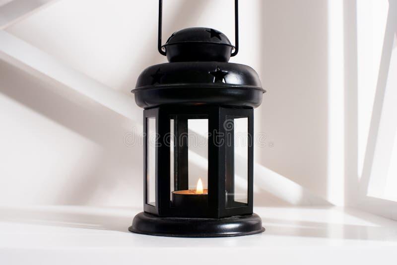 蜡烛、内部和装饰的灯笼在屋子里 免版税库存图片