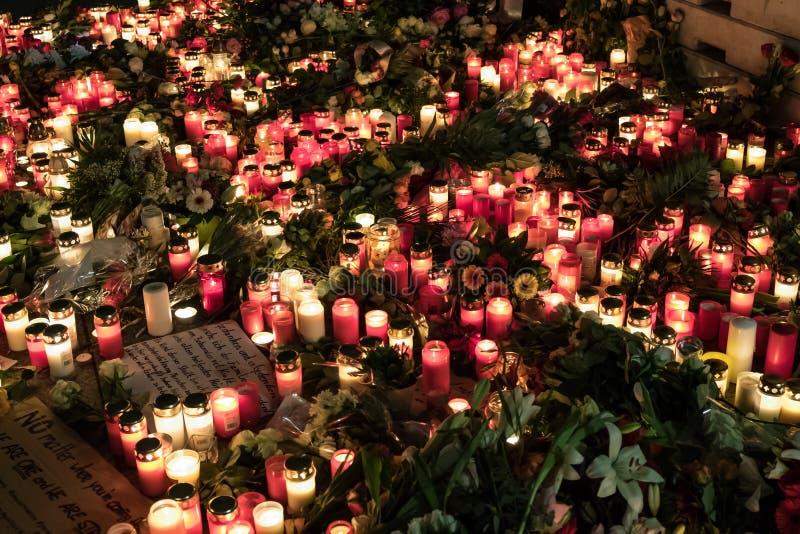 蜡烛、花和吊唁消息在圣诞节市场上 库存照片