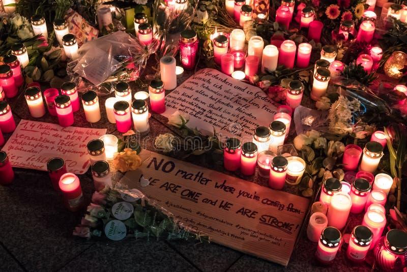 蜡烛、花和吊唁消息在圣诞节市场上 免版税库存图片