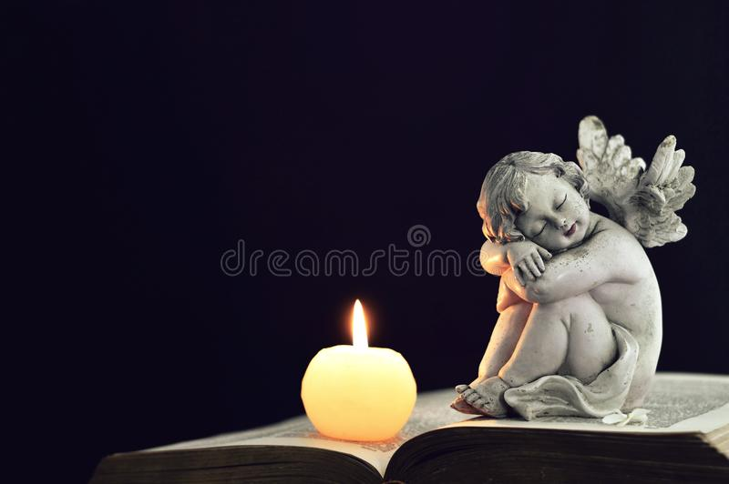 蜡烛和天使小雕象 免版税图库摄影