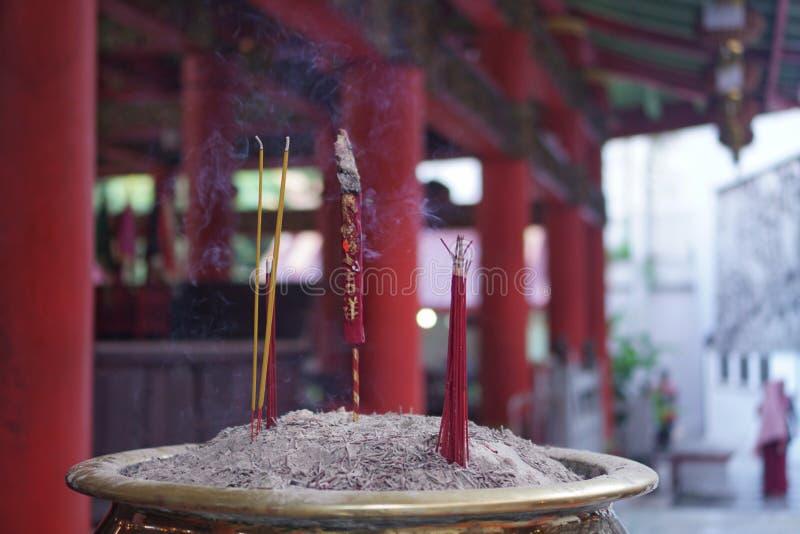 蜡烛和烧在中国寺庙的香火棍子 免版税库存照片