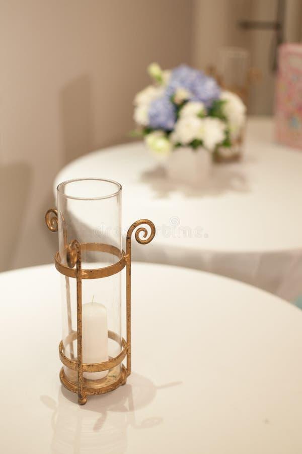 蜡烛和花瓶。 库存照片
