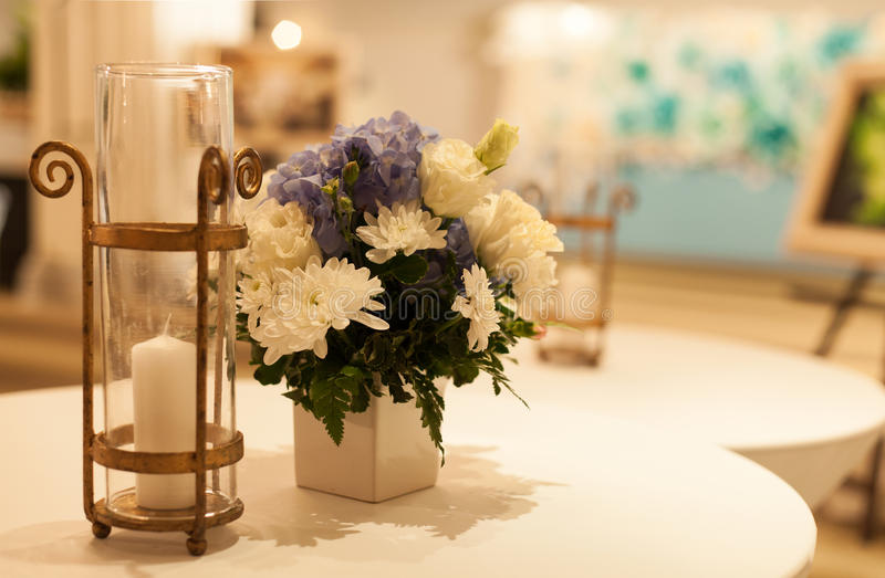 蜡烛和花瓶。 库存图片
