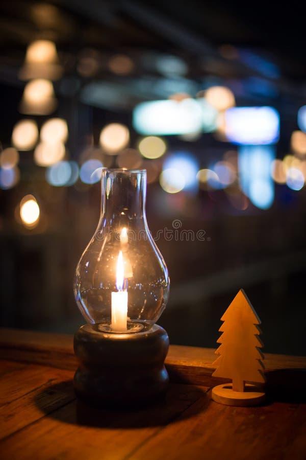 蜡烛和chirstmas板材有bokeh背景 图库摄影