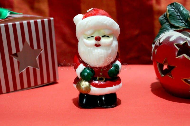 蜡烛圣诞节父亲和红色礼物圣诞节的 图库摄影