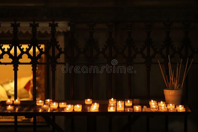 蜡烛在一个宽容大教堂里 免版税图库摄影