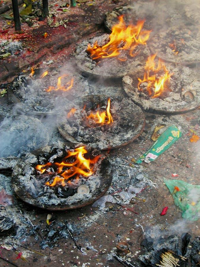 蜡烛在古老Dakshinkali印度寺庙石地板上烧在Pharping,尼泊尔 免版税库存图片