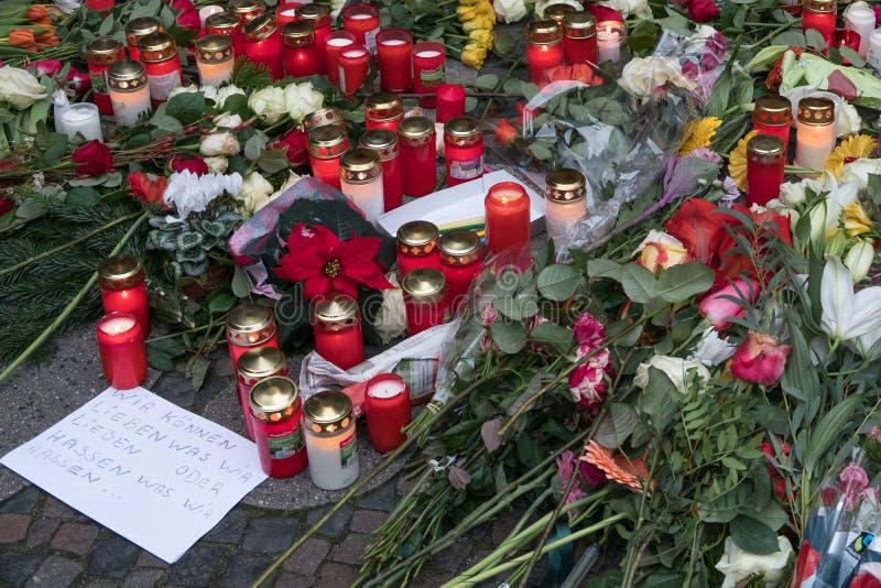 蜡烛在圣诞节市场在柏林,在恐怖袭击以后的天上 免版税图库摄影