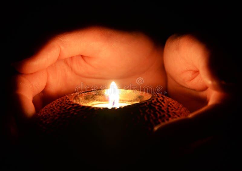 蜡烛在手上 图库摄影