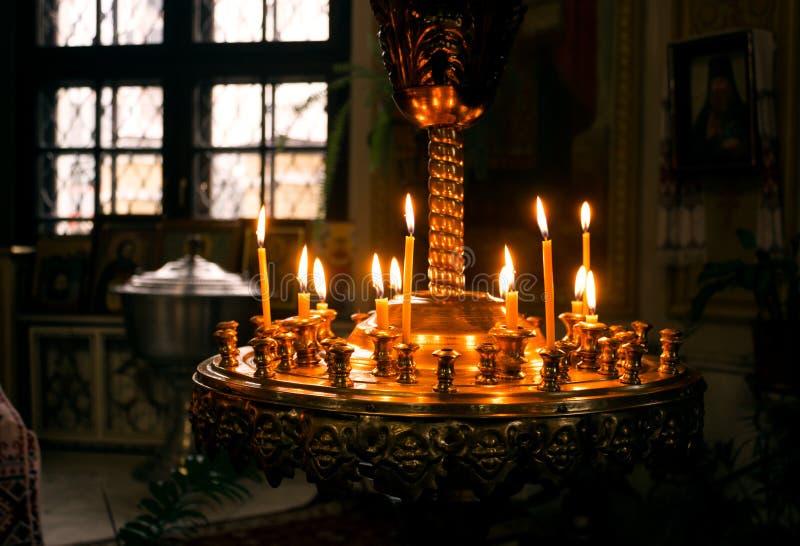 蜡烛在教会里 免版税库存图片