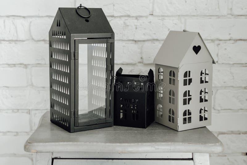 蜡烛在白色砖墙上的小屋灯笼 免版税库存图片