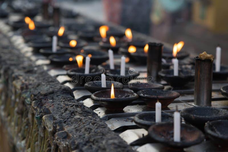 蜡烛在Shwedagon塔,仰光,缅甸 免版税库存图片