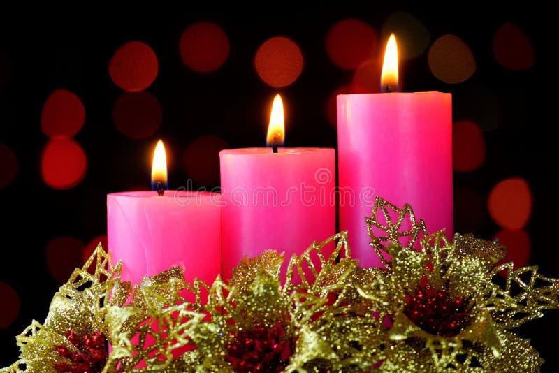蜡烛是在圣诞节新年光背景的明亮和金花,可适用为设计、布局和创造性 免版税库存照片
