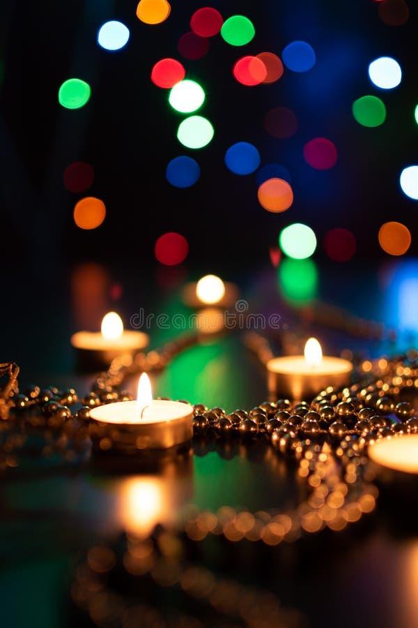 蜡烛火在圣诞节背景的 烧在晚上的圣诞节蜡烛 抽象蜡烛背景 免版税库存图片