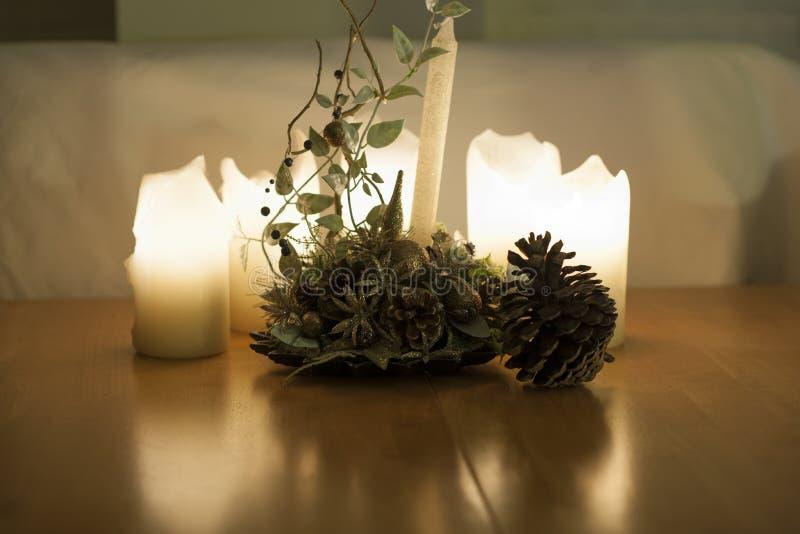 蜡烛用大玉米和ikebana 免版税图库摄影