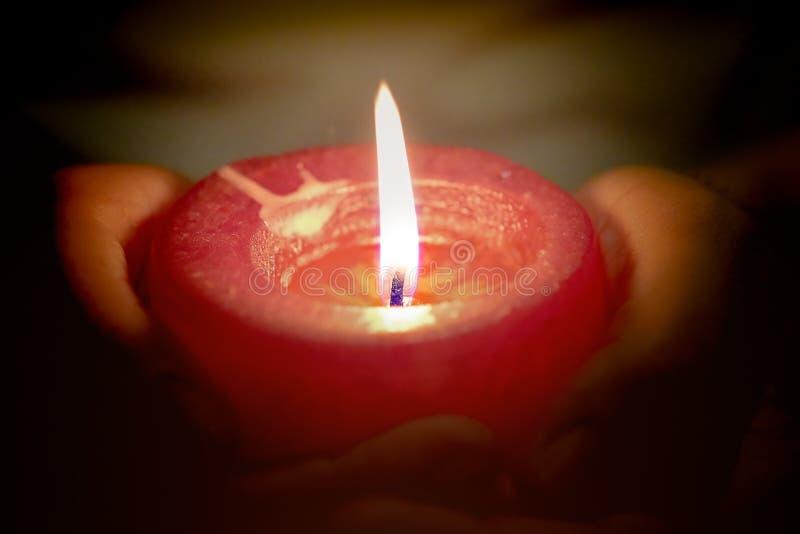 蜡烛的祷告和希望概念在手上点燃 免版税库存照片