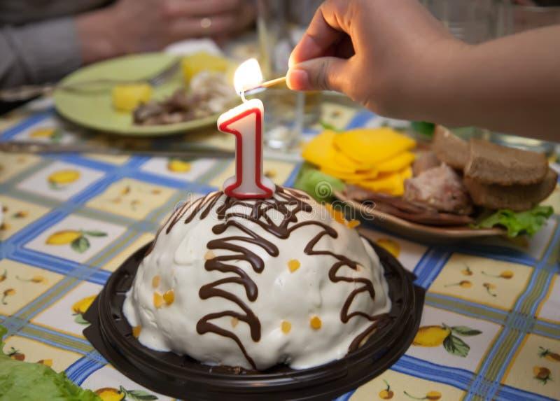 从蜡烛的蛋糕在假日桌上 库存图片
