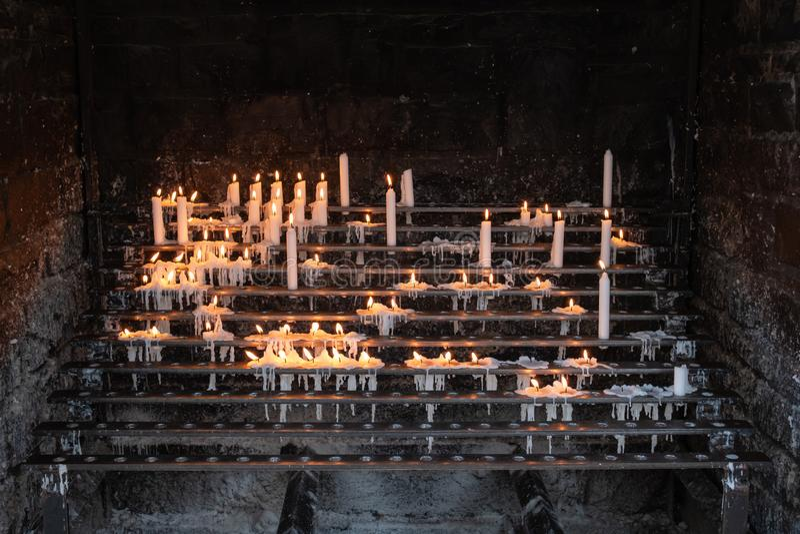 蜡烛立场在教堂里 免版税库存图片