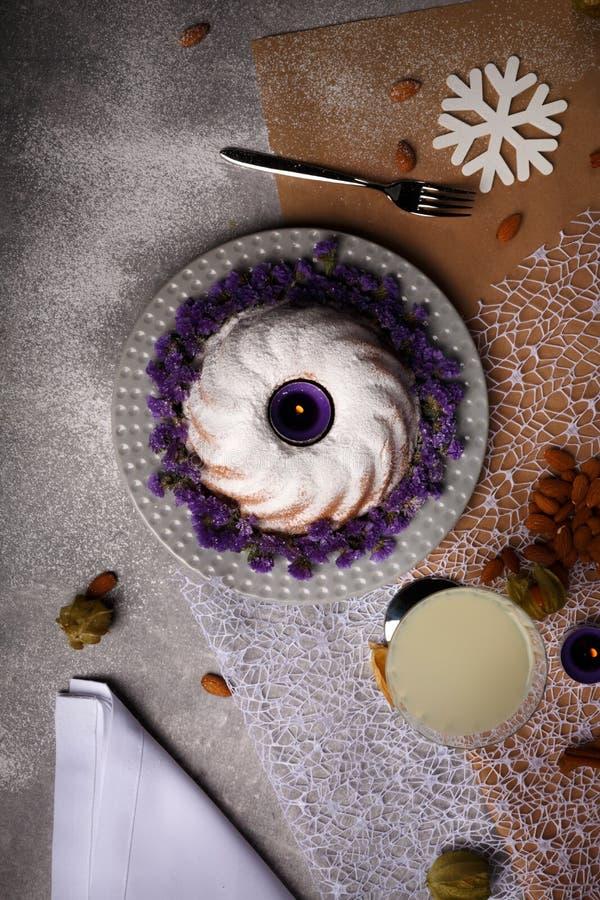蜡烛顶视图,圆环蛋糕洒与糖粉末,杏仁,桂香,在轻的五颜六色的背景的空泡 库存照片