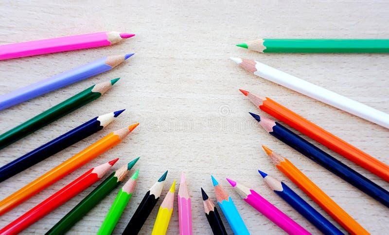蜡笔,在另外颜色的木铅笔在自然木背景 库存照片