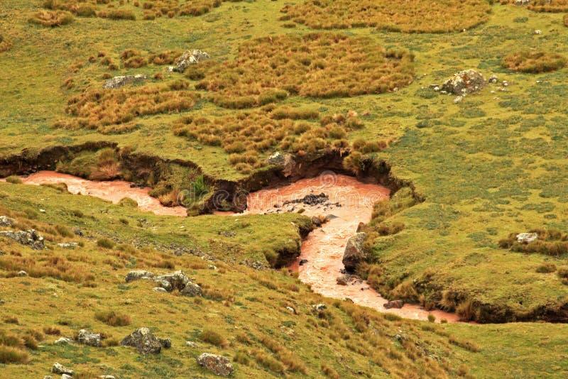蜿蜒在秘鲁安地斯的布朗河 免版税图库摄影