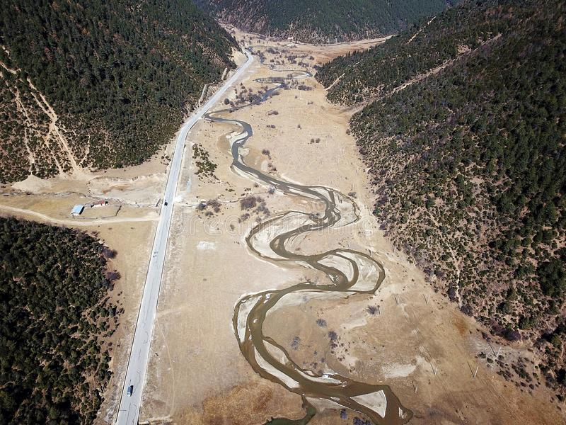 蜿蜒的河鸟景色香格里拉的 免版税库存照片